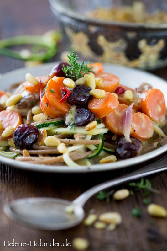 Spaghetti mit cremigen Karotten, Cranberries und Pinienkernen, vegan, Helene Holunder