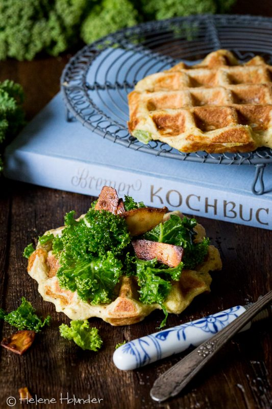 Grünkohlsalat an warmer Kartoffelwaffel, vegan, Helene Holunder