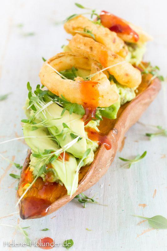 Süßkartoffelboote mit Avocado und knusprigen Zwiebelringen